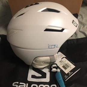 Helt ny hvid og blå Salomon skihjelm  Str 53-56 Np 1100 kr