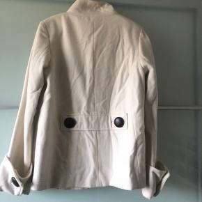 Super fin frakke. Ikke brugt ret meget, så fejler intet, kunne dog pynte med en rens, derfor prisen.