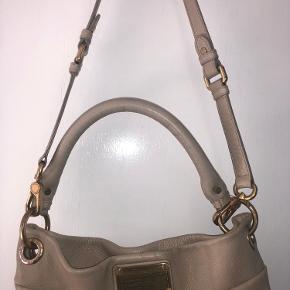 Sælger denne lækre Marc Jacobs taske i beige.   Kan både bruges som crossbody eller skulder taske. Den har 3 rum indvendig   Mål: Ca. 32 cm i bredden 34 cm i højden   Bytter ikke