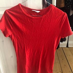 T-shirt fra envii i str XS men passer en small. Lidt brugt men i fin stand. Bytter ikke og sender ikke dette igen 😊