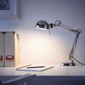 Sælger denne IKEA FORSÅ bordlampe, da den aldrig er blevet brugt.   Højde: 35 cm Foddiameter: 15 cm Skærmdiameter: 12 cm Kabellængde: 1,8 m  Medfølger pære (E14)  Kan afhentes på Frederiksberg.