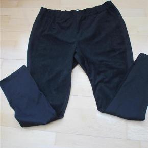 Smarte leggings med imiteret ruskind på forsiden og alm. stof på bagsiden. Brugt en gang.  Materiale: Polyester, viscose, elasthan.  Liv ca. 2 x 48-68 cm Indvendig benlængde ca. 77 cm Skridtlængde ca. 31 cm  JEG BETALER FORSENDELSEN!  Smarte leggings Farve: Sort