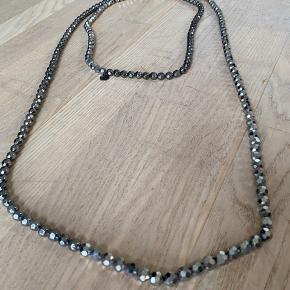Lang halskæde med glasperler i sølv fra Day Birger et Mikkelsen. Måler 220 cm og er som ny