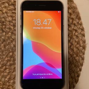 Jeg sælger min iPhone 6s 16 GB i sort. Den har mindre skader som er uden betydning for brugsværdien - der er tale om en mindre flænge i skærmen og et tryk på bagsiden, men ellers fejler den intet. Batteriet er skiftet for et lille års tid siden og virker fint. Den originale æske og indhold medfølger, herunder helt ny oplader og høretelefoner m.v.