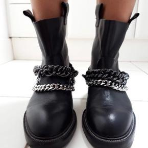 Læderstøvler med kæder fra Zara.  Kun prøvet på - aldrig blevet brugt, da de desværre er for små til mig. Købt for 149$, som er ca 1000 danske kroner.  Kan afhentes i Århus eller sendes med DAO.  Bytter IKKE