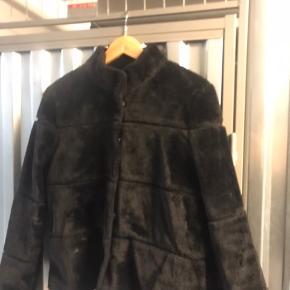 Mega flot faux kort pels jakke fra mbym, det er en large men den er en smule lille i størrelsen.