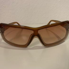 Fine Prestige solbriller i buet form, som følger ansigtet uden synlige ridser i fin stand🤩 eneste ting som ikke er helt i top er, at der er et lille mangel i p'et i Prestige (som vist på billedet). Kom frisk og køb disse fine solbriller 🌞