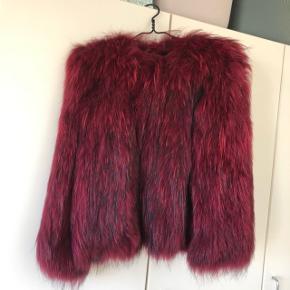 Sælger denne smukke røde Saks Potts pels i 100% vaskebjørn. Den er onesize, men fitter en str. S og M. Pelsen er i super fin stand, og der medfølger original bøjle og dustbag. Nypris: 7000 kr.