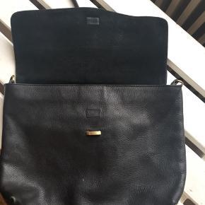 Sælger min rigtig flotte lædertaske fra Oh My Bag Amsterdam. Den er kun brugt et par gange og er i super stand - forreste del i ruskind skal blot børstes lidt så er den klar  Den lukkes foran med en magnet og en strop. Der er ét stort rum indvendigt, med lynlås og to åbne lommer. Bagpå er der en stor lomme med lynlås. Remmen kan ikke gøres længere, men den sættes på med karabinhager, så man kan altid udskifte den   Tasken måler ca. 36x31 cm og remmen er ca. 60 cm lang