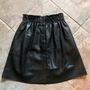 """HELT ny nederdel med fine detaljer med smock i taljen og knapper ned. den er i """"look a like"""" læder og har et fedt look ☺️  Se også alle mine andre annoncer 💃  Byd!"""