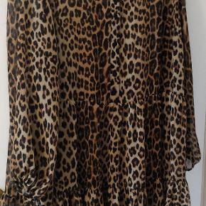 Fin leopardprintet kjole i god stand. Der er en lille tråd, der er 'løbet' (kan ses på billedet). Kan afhentes på Frederiksberg eller sendes.