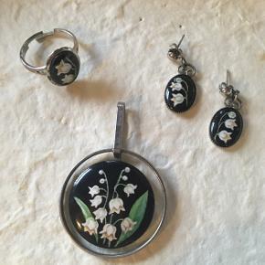 Smukt sæt med vedhæng, øreringe og justerbar ring i håndmalet porcelæn. Af bornholmsk smykke kunstner i 1991. Køber betaler Porto
