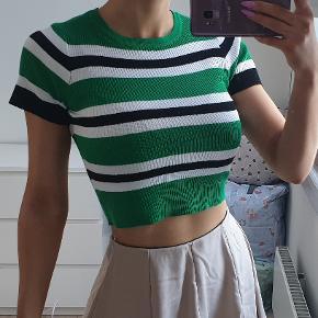 Flot stribet tshirt i grøn, sort og hvid stoffet er lidt ripstrikket  Str xs, passer også str small da der er stræk i Den er brugt to gange, fremstår flot jeg er 171cm høj  den sælges for 215kr eller 250kr inkl fragt med DAO