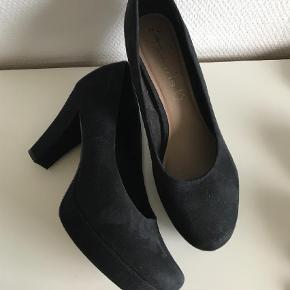Varetype: Heels Farve: Sort Prisen angivet er inklusiv forsendelse.  Super lækker klassisk plateau stilet / god pasform / lækker kvalitet. Str. 41, hælhøjde 9 cm.  Kun brugt få gange.