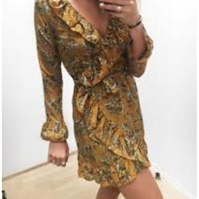 Trenday slå-om kjole. Str. S. Aldrig brugt, kun prøvet på. Stadig med prismærke. Sælges da jeg aldrig nåede returfristen.