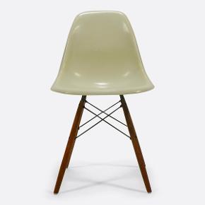 Original Eames stole med stempel og i meget god stand.