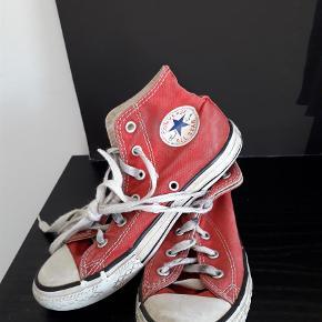 Varetype: Sneakers Farve: Rød  Kunne godt bruge nye snører  Pris 25 kr