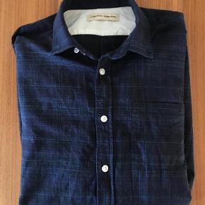 Flot bomuldsskjorte fra Libertine Libertine, der kun er brugt et par gange, så er næsten som ny.Kun vasket i allergivenlig og parfumefrit vaskemiddel. Fra røg-og dyrefrit hjem. Giv et bud.  Langærmet Farve: Blå Oprindelig købspris: 700 kr.