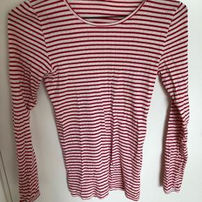 65115e2767e Rød/hvid T-shirt med lange ærmer fra Mads Nørgaard paa strøget