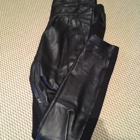 Lækre bukser med det blødeste skind på forsiden og stof på bagsiden.