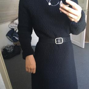 Fin sort strik kjole. Fungere rigtig godt med et bælte. Er brugt højst 4 gange, næsten som ny. Fejler intet.