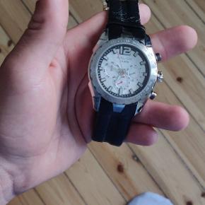 Police ur, næsten ikke brugt og ingen tegn på brug. Batteri skal skiftes, men ellers intet at bemærke.
