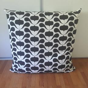 Skøn stor gulv pude 80 cm x 80 cm. Brugt til pynt i chaiselong. Nypris 999 kr. Byd :)