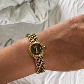 Gammelt vintage ur fra swistar. Uret er guldbelagt med 18 karat guld. Hver 5 min på urskiven er afmærket med en zirkon (diamant lignende sten). Det er et arvestykke, så har ikke kvittering . Den nederste plade står der Quartz på og den skal limes fast igen hos en guldsmed. Den kræver et nyt batteri, men urværket virker helt fint. Det er 17,5 cm i lukket tilstand. Kom med et bud. Sender med Dao.