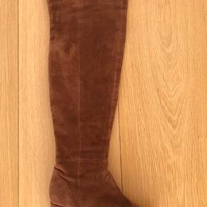 Over knæet læderstøvler i smuk fløjl  Kender ikke mærket, købt i en lille boutique i Sydney.  Brugt få gange  Hæl 6cm Længde 56cm  Pris fra ny 1300kr.   Kan afhentes i Kbh. K.  Sender gerne, køber betaler porto