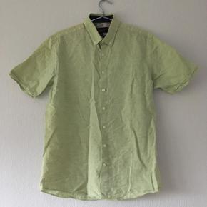 Lysegrøn kortærmet skjorte. Aldrig brugt, men vasket en gang. Str. 38/M