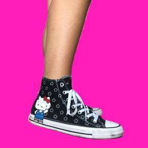 Hello Kitty x Converse sneakers str. 39  Ingen tegn på slid udover at de er lidt beskidte, men de bliver selvfølgelig renset inden de bliver sendt.   Bytter ikke Prisen er fast Sender med DAO  Køber betaler fragten