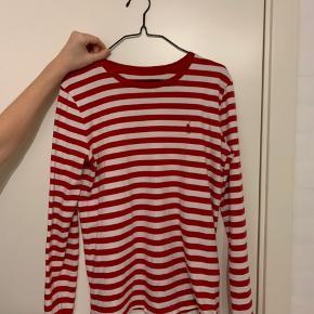Sælger denne super fine Polo Ralph Lauren langærmet t-shirt. Den er omkring et år gammel, men stadig i okay stand. Det er en str Small, og den sælges for 130kr.  Køber betaler fragt.