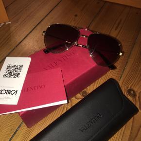 Fejlkøb af Valentino solbriller købt efterår 2020. Haft dem på 2 gange .  Ingen ridser eller andet .   Æske etui og ægthedsbevis følger med.  Købt online, så kan sende kvittering over mail, hvis behov.   Nypris var ca 1700  1500 kr