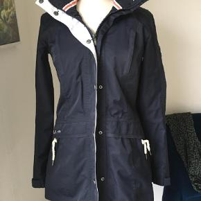 Brand: Northland proffesionel Varetype: Jakke Farve: Blå  Vind og vandafvisende jakke, figursyet og meget elegant. Nypris 2500,- men desværre købt for lille. BYD gerne, sælges billigt