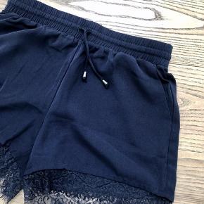 Fine shorts med blonde kant.  Har aldrig været brugt.  100% polyester.
