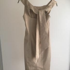 Mærke: Vila Størrelse: Xs. Passer også str. S Farve: lys brun beige/ guld Kjolen: selskabskjole/ sommerkjole har et flot snit i ryggen med et bindebånd. Stand: næsten som ny  Sælges 175 kr