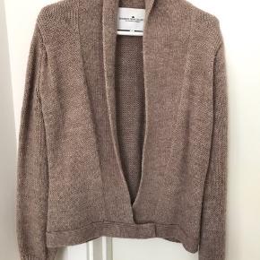 Skøn cardigan i Alpaca Wool (60%). Kun brugt en enkelt gang, ikke vasket.