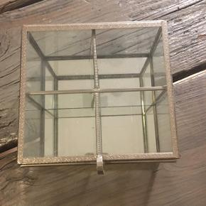 Sælger den fine glas æske/kasse. Indelt med 4 rum. Jeg har haft smykker i den men den kan bruges til alt muligt 😊