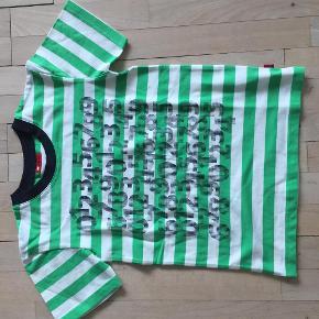 Varetype: Dreng Farve: Se billedert  Fin t-shirt i pæn stand - fejler intet. Str. 134-140. (8-10 år) Længde ca 54 cm.
