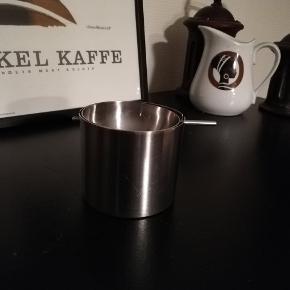 Stelton vippeaskebæger. Arne Jacobsen design. Højde 6,5 cm.