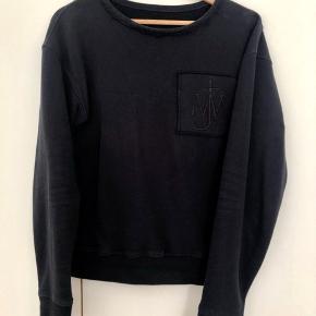 Model: JE20WR18 Logo sweatshirt with pocket detail  Kvalitet: 100% Bomuld  Behandling: Vaskes ved 30°  Made in Portugal