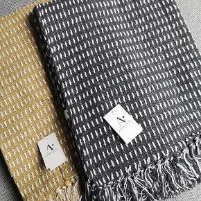 """Recycled tæpper fra Au Maison Måler 130*180 cm. Skønt produkt lavet af genanvendt stof. Elsker ideen❣️ Det er bæredygtigt🌱👍  """"once I was an old jacket now I am a beautiful blanket""""  Plaiderne / tæpperne fås i farverne mustard og koksgrå med hvide nister.  199kr - prisen er fast.  Sender gerne med DAO som forsikret pakke"""