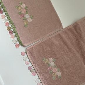 Næsten nye! 2 stk. hånd håndklæder med broderet mønster blomster