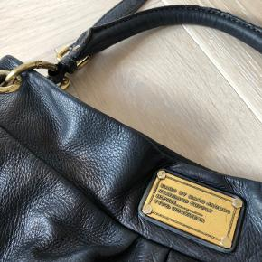 Super fin stor Marc Jacobs taske i sort. Fremstår rigtig pæn. Jeg har selv farvet tasken sort med specialfarve, som er blevet yderst vellykket (hvis jeg selv skal sige det 😊)