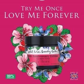 Neal's Yard Remedies startede for snart 40 år siden med en butik i Londons Covent Garden, hvorfra der blev solgt hudpleje fra den økologiske gård i det sydvestlige England, som stadig er udgangspunkt for produktionen.  Wild Rose Beauty Balm er den absolutte all time favourite bestseller fra Neal's Yard Remedies.  Det er et multiprodukt, som giver huden glød og fugt fra bl.a. vildrose olie og sheasmør. Samtidig indholder den hjulkroneolie, som virker beroligende på sensitiv hud.  Den er smørblød og kan bruges på utallige måder, men er især god som rensebalm (brugt sammen med en musselinklud får huden samtidig en mild eksfoliering), fugtmaske og beskyttelse til kinderne i blæsevejr.  Ny og helt ubrugt. Det er travel size udgaven på 15 gr., som koster £12 eller ca. 100 DKK fra ny.  Sælges for 50 kr. + porto (20 kr. som B-brev ved handel via mobilepay)  Bytter ikke.