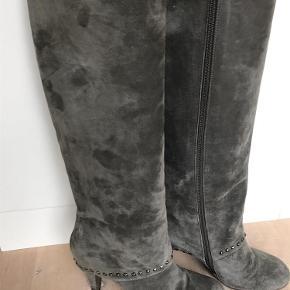 Flotte støvler i ruskind med nitter som detalje. Små brudspor på hæl (se billede) men det ses ikke. Hælhøjde 6 cm.  støvler Farve: Grå Oprindelig købspris: 1699 kr.