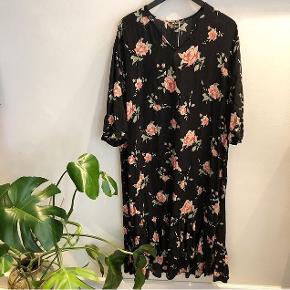 """Fin sort viskose kjole med lyserøde roser med lille """"skørt"""" for neden i str Small. Kjolen er oversize og kan passes af flere størrelser. Kan afhentes på Nørrebro eller sendes med dao"""