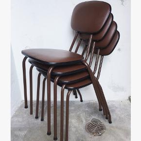 Lækre og enkle køkkenskole, som nemt kan stables. Fire i flot brun, den ene stols betræk skal fikses en lille smule  🛋🚪🎈 Samlet 550kr.