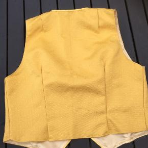 Efterårsgul vest i rigtig fin stand   Karrygul gul  Smuk uden på skjorte bluse t shirt strik   Længde 54 foran. 48 bagpå Brystvidde 110 plus  Ærmevidde:29   Sender gerne   Se flere annoncer