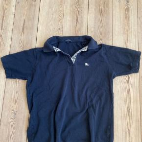 Burberry Polo  Str M, lille i størrelsen Nypris 800 Brugt men ikke slidt eller mistet farve